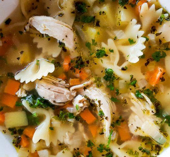 Plėšytos vištienos sriuba su makaronais